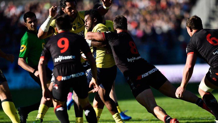 Le risque de plaquer au-dessus du ballon : la situation de contact avec l'attaquant contraint le défenseur à « glisser » jusqu'à ce que le bras de celui-ci entre en contact avec la tête entraînant donc un plaquage haut passible d'une pénalité.