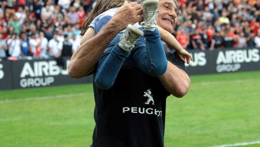 Guy Novès porte sa petite fille