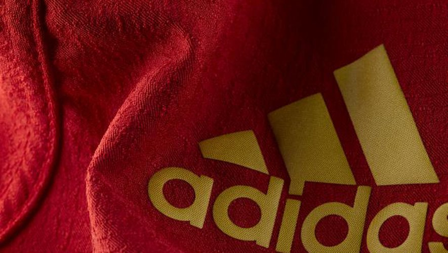 Adidas assume son rouge