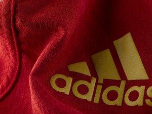 Adidas assume son rouge
