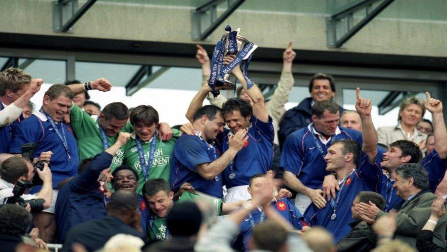 """<p class=""""txt-legende-2011""""><B>Raphaël Ibanez et Fabien Galthié après la victoire contre l'Irlande synonyme de première place dans le Tournoi des 6 Nations 2002.</B></p>"""