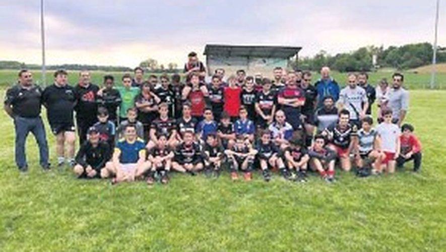 Les seniors de Panjas avec l'école de rugby.