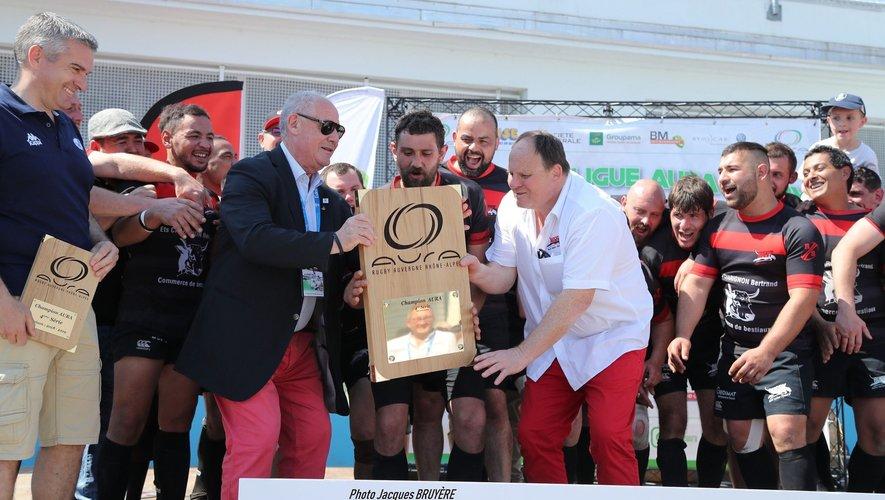 Les joueurs de Saint-Vallier et leurs dirigeants fiers d'avoir remporté le bouclier de la Ligue Aura de Quatrième Série. Photo Jacques Bruyère