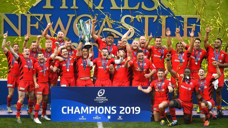 Tout un symbole. Le capitaine des Saracens Brad Barritt, élu joueur du match, soulève la troisième grande Coupe d'Europe des Anglais.