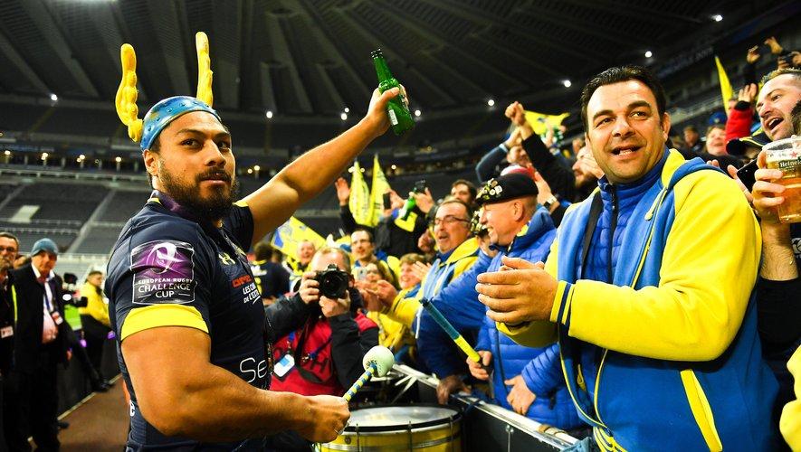 George Moala et les joueurs clermontois sont venus fêter le titre avec leurs supporters en tribunes.