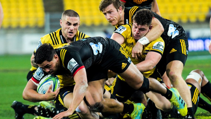 Super Rugby - TJ Perenara (Hurricanes) contre Anton Lienert-Brown (Chiefs)