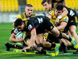 Super Rugby - TJ Perenara (Hurricanes) contre Anton Lienert-Brown (Chiefs)