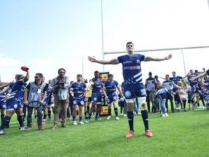 Les joueurs de Vannes célèbrent leur victoire contre Mont-de-Marsan avec leur public