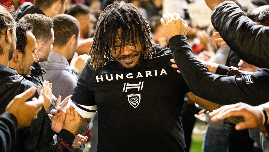 Mathieu Bastareaud (Toulon) acclamé par les supporters toulonnais