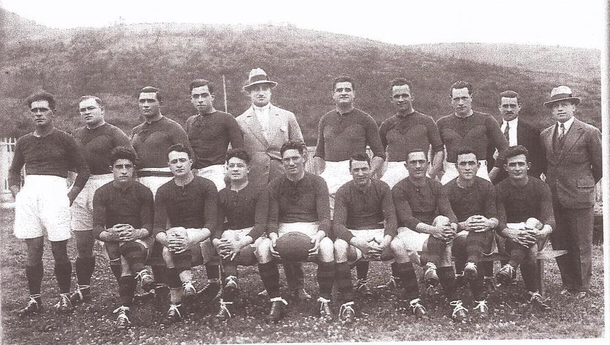Les champions de France 1929 posent aux côtés de l'homme fort du club : Jean Bourrel (debout, avec le chapeau) qui fut le premier à offrir de l'argent à ses joueurs
