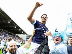 Martin Bustos Moyano (Bayonne) porté en triomphe par les suppoters de l'Aviron
