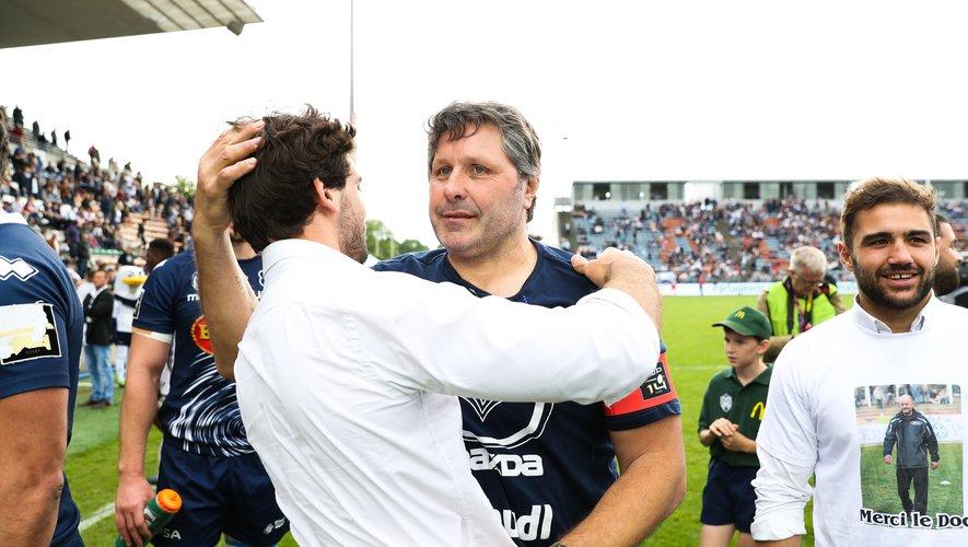 Mauricio Reggiardo enserre Julien Hériteau. Le technicien argentin vient de vivre son dernier match sur le banc du SUALG, une aventure couronnée de succès. Photo Icon Sport