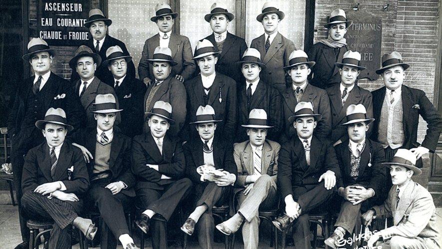 Les joueurs de l'US Quillan coiffés du fameux chapeau Thibet, qui se vendait dans le monde entier et qui était fabriqué sur place. Le mécène s'appelait Jean Bourrel (ci-dessus), il fut aussi maire et conseiller général de la cité. Photos archives Midol et DR