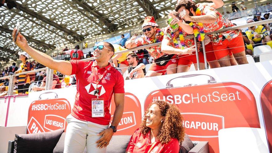 Bryan Habana, présent au tournoi, prend des photos avec les spectateurs.