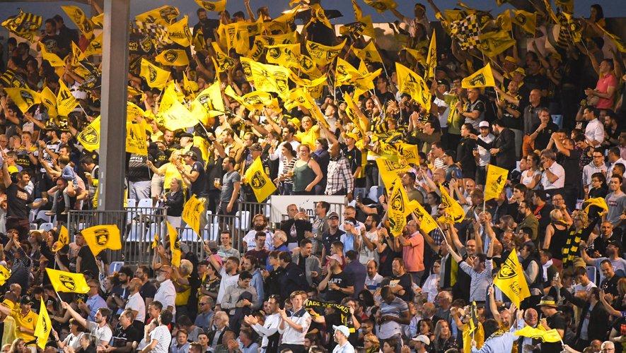 Les supporters de La Rochelle célèbrent la victoire face au Racing 92
