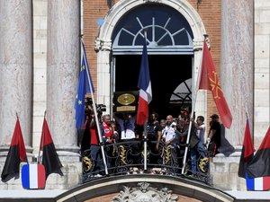 Les Toulousains soulevant le Boucleir de Brennus devant la place du Capitol