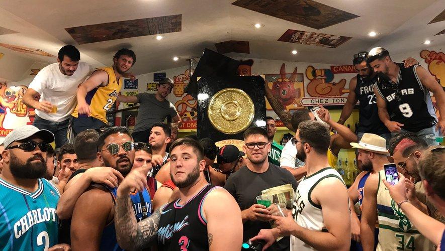 Les Toulousains continuent à fêter dignement leur titre de champion de France en passant par le célèbre bar chez Tonton.