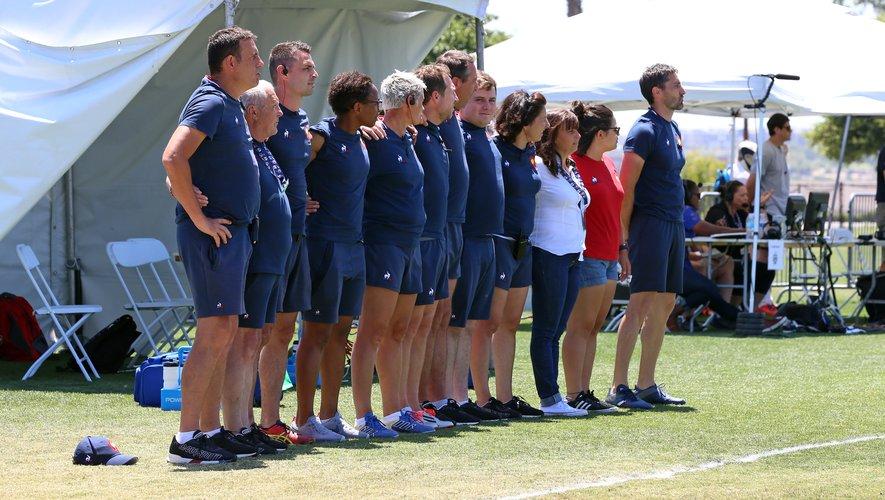 Annick Hayraud (manager de l'équipe de France Féminines) avec le staff des Bleues lors des hymnes contre l'Angleterre durant les Women's Rugby Super Series