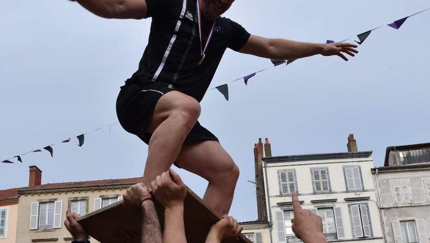 Tout à sa joie au moment de célébrer le titre de champion de France, Florent Benech s'offre une partie de surf sur le Bouclier. Voilà des moments inoubliables dans une carrière de joueur ... Photo DR