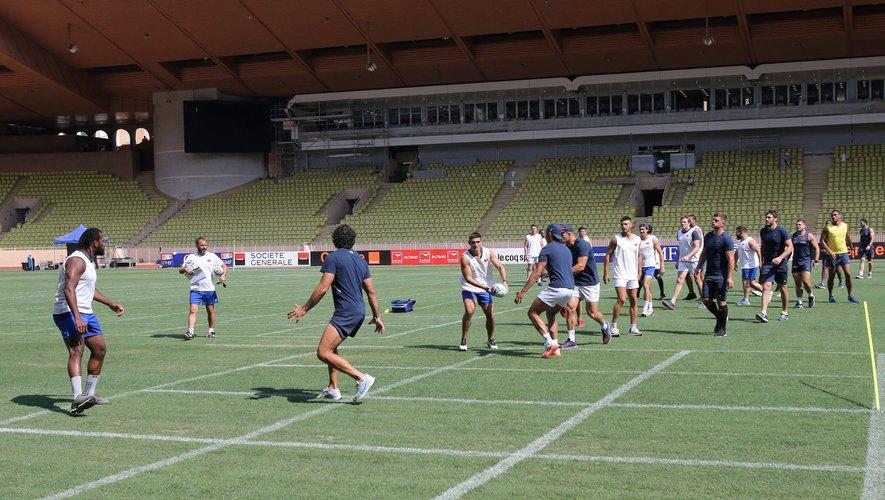 Les Bleus poursuivent leur préparation dans le cadre si particulier du stade Louis II de Monaco. Photo Max PPP