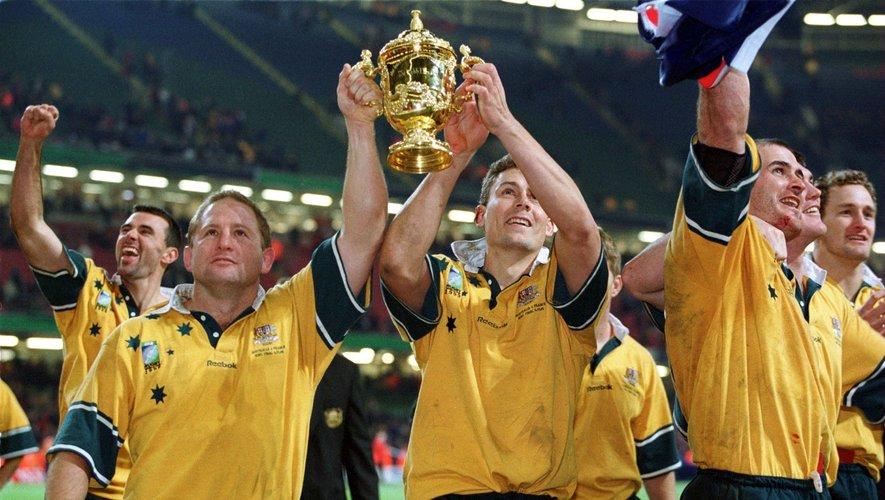 Dan Crowley, à gauche en 1999 avec la Coupe du monde en main. Il venait de disputer son dernier test face à la France.