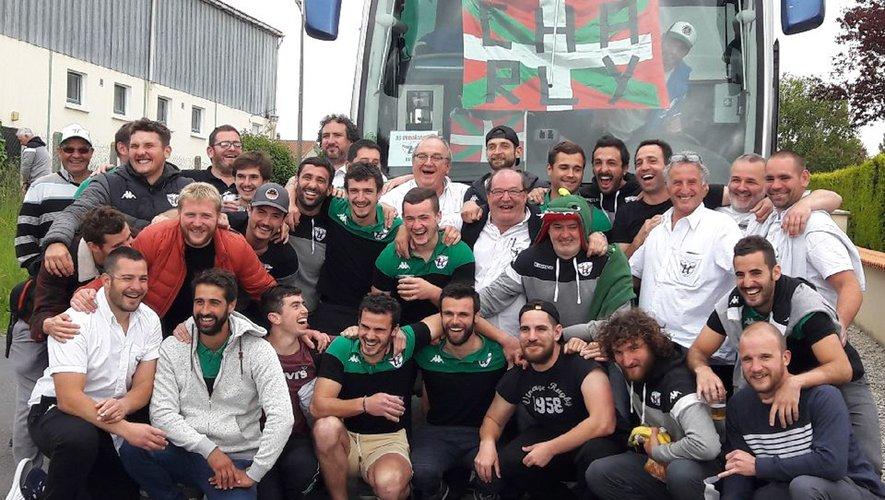 Au retour du titre remporté sur la pelouse de Mauléon-Licharre, les Vert et Noir, tout sourire, savourent cette première historique.