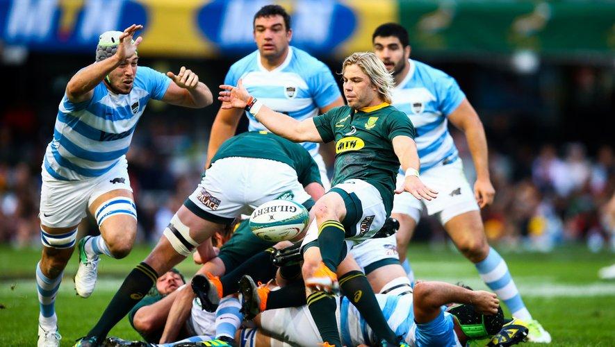 Pour encadrer la jeunesse sud-africaine, le sélectionneur Rassie Erasmus a fait de Faf De Klerk, ici en train de dégager au pied, un nouveau cadre en sélection. Photo Icon Sport