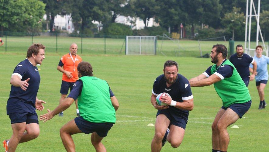 Les Bayonnais continuent de travailler sous l'œil attentif de Yannick Bru, alors que Pieter-Jan van Lill porte le ballon.