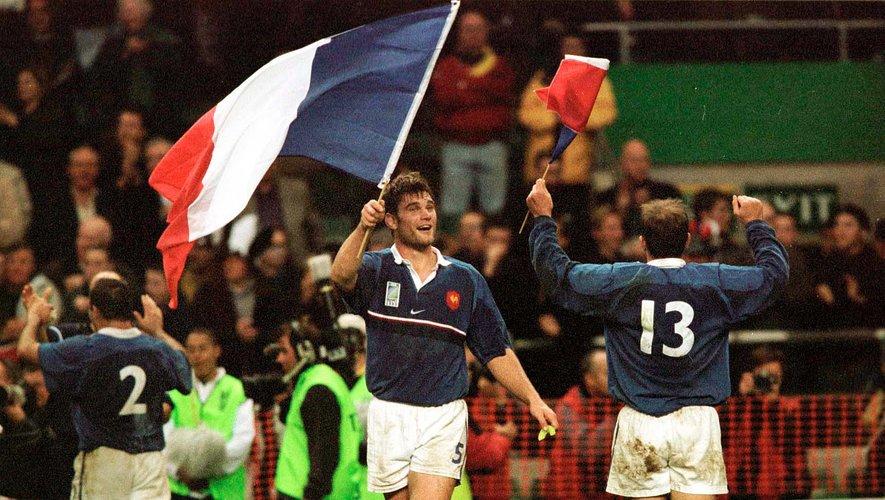 Au bout de la nuit anglaise, Fabien Pelous et Richard Dourthe font briller l'étendard tricolore. Oui, cette équipe de France jusqu'alors moribonde a réalisé le plus grand exploit de son histoire. Olivier Brouzet, Xavier Garbajosa, Raphaël Ibanez et Fabien Galthié (en bas, de gauche à droite) ont tous payé leur écot à ce match légendaire.