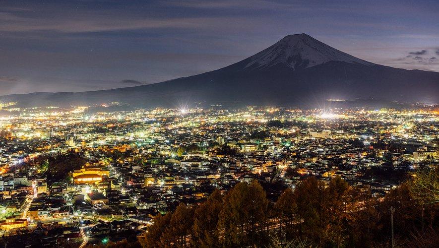 La ville de Fujiyoshida avec, en toile de fond, le mont Fuji.