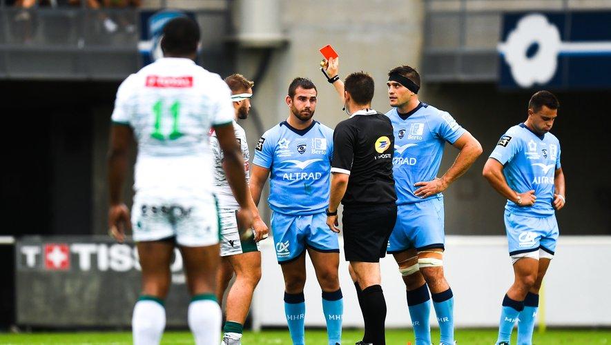 Youri Delhommel (Montpellier) reçoit un carton rouge contre Pau
