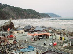 Il était un peu plus de 15 heures, ce 11 mars 2011, lorsqu'une vague de quatre mètres de hauteur frappa Kamaishi, emporta avec elle la digue, les corps et les habitations.