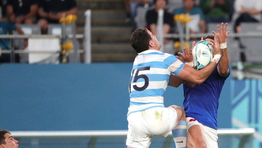 L'arrière argentin Emiliano Boffelli a dominé tous les Français dans les airs et notamment Romain Ntamack sur cette action.