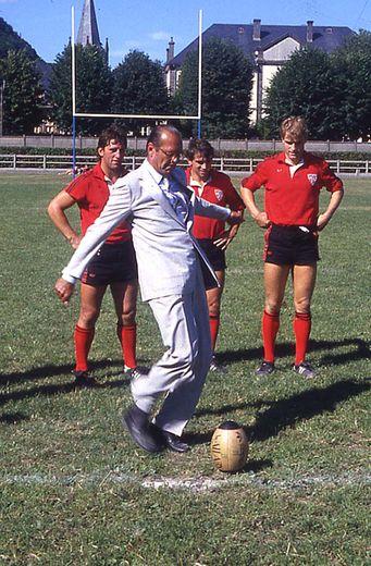 Jacques Chirac savait donner de sa personne. On le voit ici donner le coup d'envoi d'un match à Bort-les-Orgues en 1985.