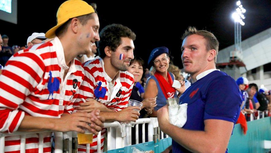 Arthur Iturria (France) après le match contre les États-Unis avec les supporters français