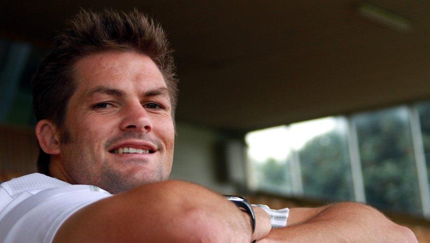 Le joueur le plus sélectionné de l'histoire du rugby est forcément sollicité de toute part. On le voit ici dans un geste auguste soulever le trophée Webb-Ellis, comme pour transmettre son fluide magique à ses successeurs.