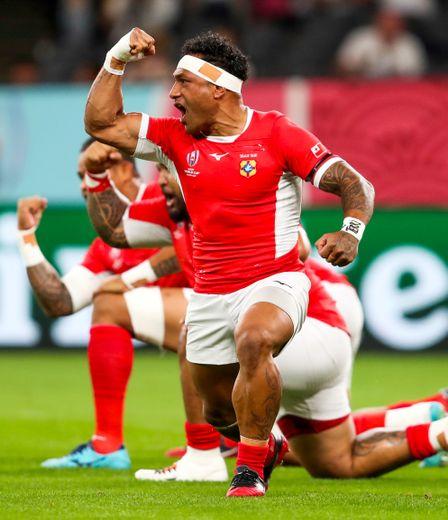 Les joueurs du Tonga réalisant le Sipi Tau