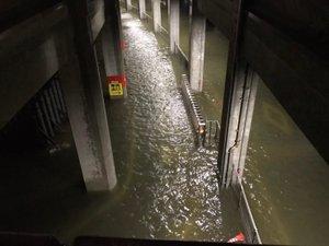 Partout, comme au stade de Yokohama (page de gauche) ou ci-contre dans les rues de Tokyo, l'eau a submergé le centre du pays.  Photos MaxPPP, Icon Sport et SV