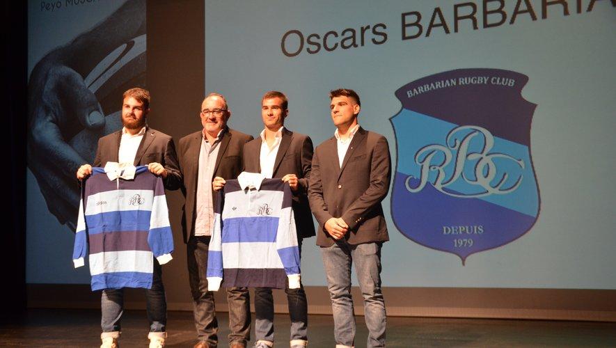 Grégoire Lascubé remet le maillot emblématique des Barbarians à Ugo Boniface et Aymeric Luc.