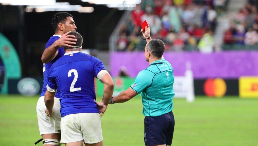 Jaco Peyper a pris sa décision : le geste de Vahaamahina mérite le carton rouge. Pour ses dernières secondes en bleu, il salue son capitaine Guilhem Guirado (de dos), avant de se tourner vers ses coéquipiers pour s'excuser et de sortir tête basse…