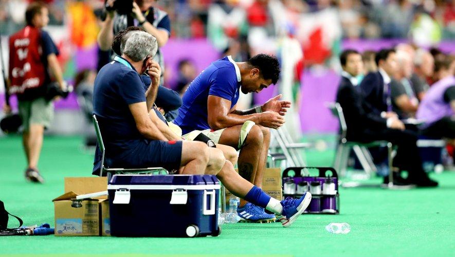 Sébastien Vahaamahina (France) sur le banc après le carton rouge reçu contre le Pays de Galles
