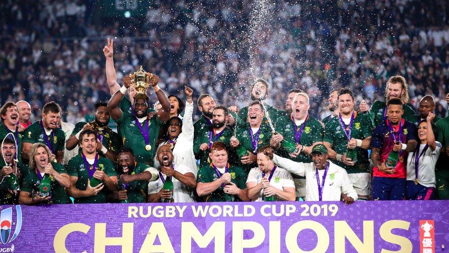 L'Afrique du Sud soulève le Trophée Webb Ellis après la victoire contre l'Angleterre