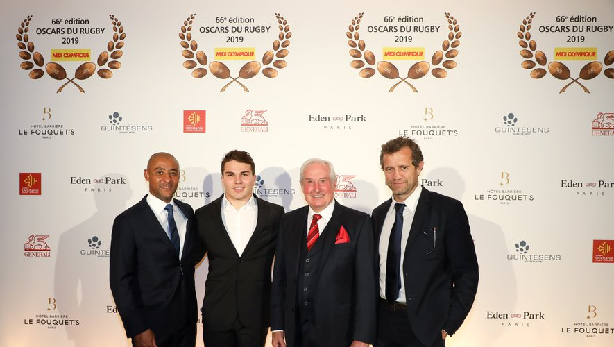Antoine Dupont accompagné par George Gregan, Gareth Edwards et Fabien Galthié