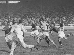 Au Parc des Princes, finale 1943, Bayonne bat Agen. Jean Dauger mène l'attaque de l'Aviron face aux Agenais, il est alors au sommet de son art, un physique d'Apollon, et une technique impeccable. Photo DR