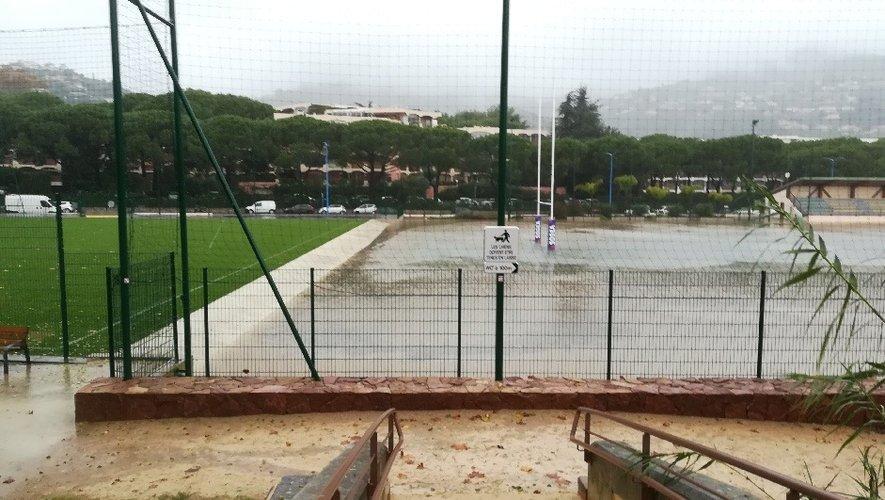 à l'image du stade du RC Lerins à Mandelieu (en haut), de nombreuses pelouses ont été recouvertes par les eaux et il faudra de longues semaines pour remettre en état les pelouses et jouer de nouveau, comme à Draguignan (ci-dessus). Photos DR