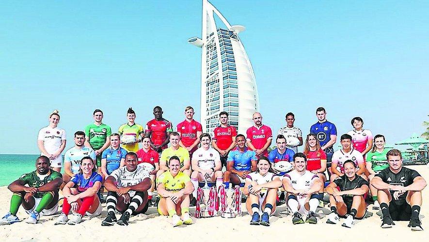 L'ensemble des capitaines masculins et féminins du circuit mondial 2019 posant avec les trophées sur la plage de Dubaï. En fond l'hôtel Burj-Al-Arab culminant à 321 mètres de haut. Photo DR