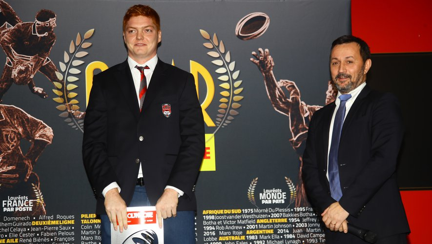 Félix Lambey (Lyon) recevant l'Oscar Midi Olympique avec Emmanuel Massicard, rédacteur en chef de Midi Olympique