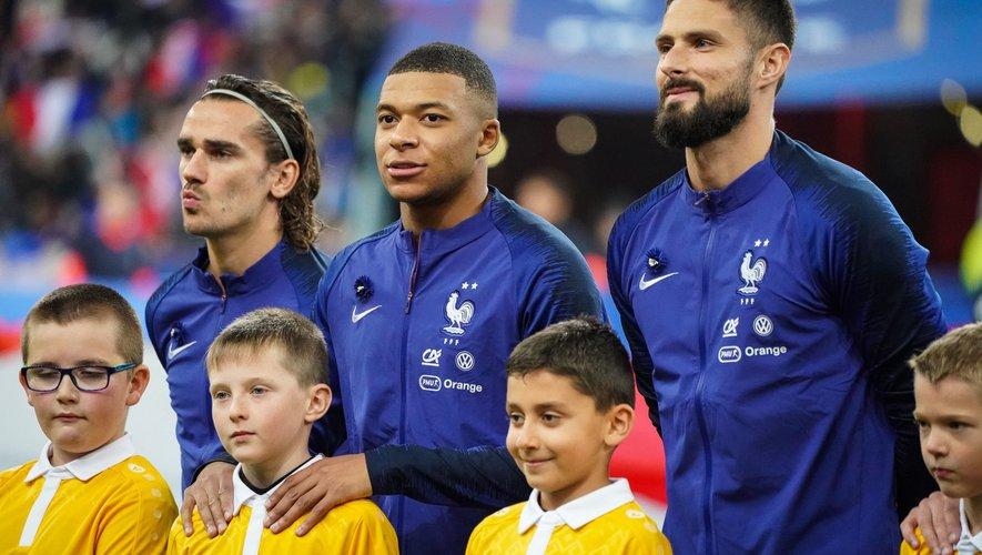 Foot - Kylian Mbappé entouré d'Antoine Griezmann et d'Olivier Giroud (France)