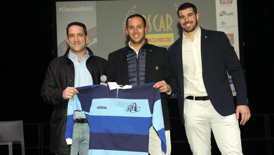 Christophe Laurent, Barbarians Français, remet le maillot officiel de l'équipe à Sébastian Poet. Une grande fierté pour ce joueur argentin.