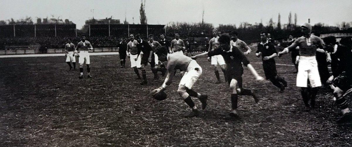 L'équipe de France en 1910 contre le pays de Galles. Les Bleus ont commencé dans le circuit international par une longue série de défaites.